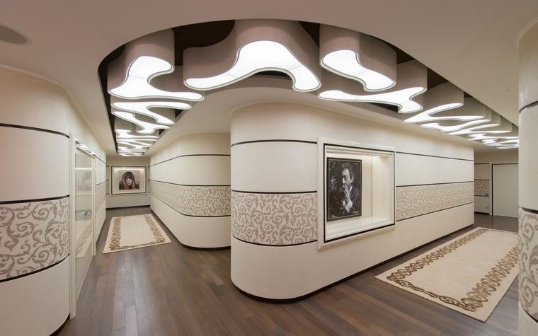<p>Автор проекта: Наталья Фарносова</p> <p>Круглящиеся формы стен и потолка этой необычной прихожей, а также растительные узоры, украшающие стены и напольные ковры, создают ассоциации со стилем модерн. </p>