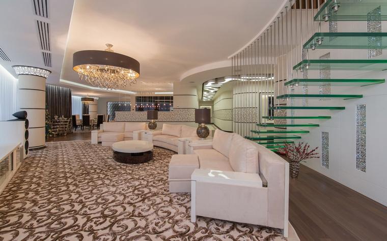 <p>Автор проекта: Наталья Фарносова</p> <p>Самый эффектный элемент открытой гостиной - необычная лестница. Она выполнена из цветного пластика и металла. Создается впечатление, что зеленые ступени парят в воздухе! </p>