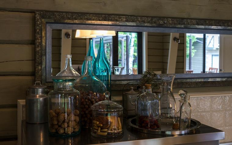 <p>Автор проекта: Екатерина Грачева Екатерина</p> <p>Отличная композиция из прозрачного и цветного стекла собрана на кухонной полке. Здорово, что все эти банки и склянки кроме красоты, служат для хранения всякой сухой еды: от конфет до орехов. И хорошо, что дизайнеры разместили свой стеклянный натюрморт на фоне длинного зеркала, которое выглядит как картина. &nbsp;&nbsp;</p>