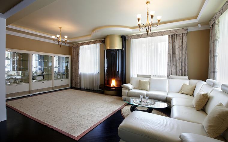 Дизайн гостиной-столовой с камином