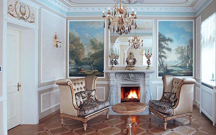 <p>Автор проекта:   Еврострой Менеджмент</p> <p>Два романтических пейзажа в стиле Лагорио, подсвечники, люстра-паникадило - здесь все классика. Разумеется, и сам камин, с классическим порталом ордерного типа. </p>