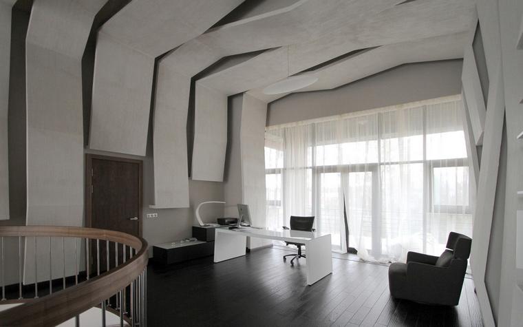 <p>Автор проекта: Лофт-дизайн</p> <p>Современный стиль рождает массу стилевых ассоциаций. Необычный потолок в этом рабочем кабинете заставляет вспомнить о загогулинах ар-нуво и деконструкции.</p>