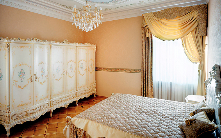 <p>Автор проекта:   Еврострой Менеджмент</p> <p>Невозможно представить себе классическую спальню без роскошного, богатого   текстиля. Из материалов - это шёлк, атлас, бархат, вискоза, парча и проч. Окно можно декорировать портьерами с затейливыми ламбрекенами. В такой спальне уместен и тюль.</p>