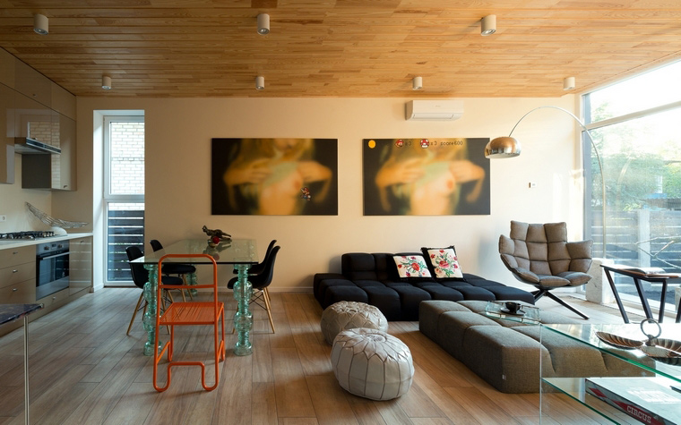 <p>Автор проекта: Сергей Махно</p> <p>Низкий диван, как будто собранный из мягких кубиков, отлично сочетается с таким же наборным пуфом и дизайнерским креслом.&nbsp;</p>