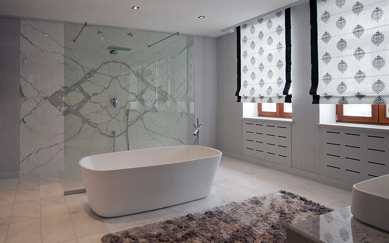 <p>Автор проекта:   Mill-Studio</p> <p>Ванная комната обладает массой достоинств: это окна, большое пространство и роскошные облицовки. Видовая стена, вдоль которой расположили овальную ванну, облицована светлым мрамором с тонкими серыми прожилками. Причем слэбы подобрали так, что получился изысканный рисунок с ромбом в центре.</p>