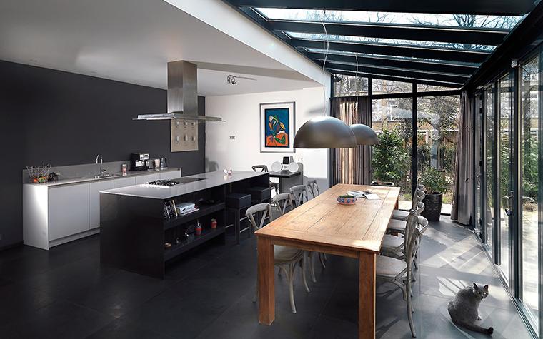 <p>Автор проекта: Олег Клодт</p> <p>Главное украшение внутреннего пространства загородного дома - панорамные окна, которые огибают открытую кухню-столовую-гостиную не только с трех сторон, но и сверху на потолке. </p>