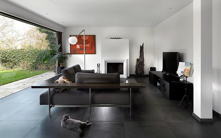 <p>Автор проекта: Олег Клодт</p> <p>Большой современный диван занял центральное положение в минималистичной гостиной с панорамным окном. Он выглядит как диванный остров.&nbsp;</p>