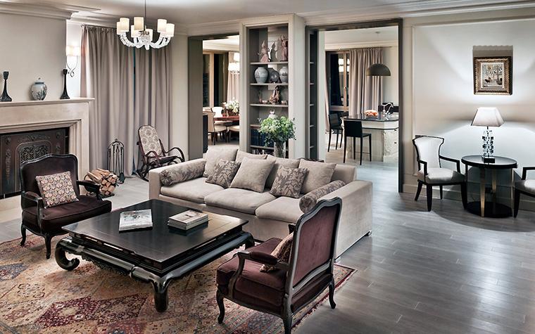 <p>Автор проекта: Олег Клодт</p> <p>Традиционная английская интерьерная мизансцена - набор мягкой мебели на восточном ковре рядом с камином.</p>