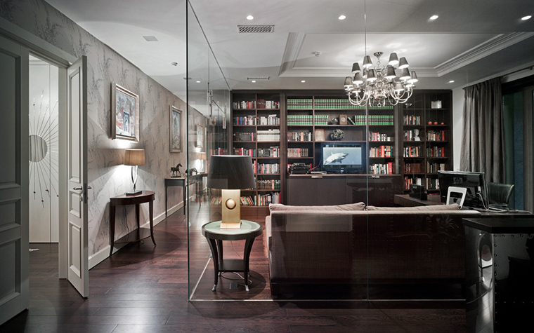 <p>Автор проекта: Олег Клодт</p> <p>Рабочий кабинет с домашней библиотекой выделены из пространства гостиной прозрачными перегородками. </p>