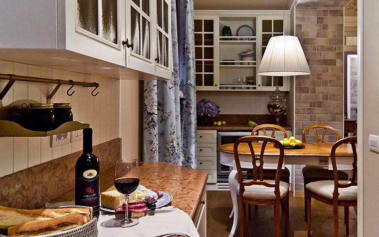 <p>Автор проекта:   NG-Studio</p> <p>Современная классика этой кухни - гостиной выражена в точности пропорций и сдержанности цветовой палитры. Венские стулья, круглый стол, посудные полки с голландской расстекловкой добавляют классического.</p>