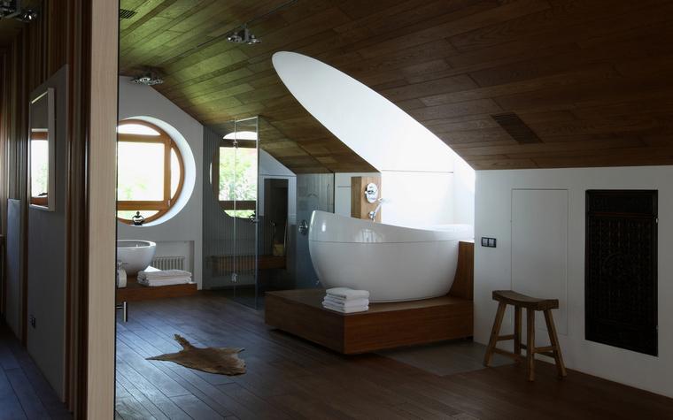 <p>Автор проекта: SL project.&nbsp;Фотограф: Михаил Степанов</p> <p>Просторная ванная комната, расположенная на верхнем этаже загородного дома, оформлена в стиле минимализм с применением натуральных деревянных отделок. Дизайнерскую ванну Aveo от Villeroy&amp;Boch специально подняли на небольшой подиум, чтобы наслаждаться видами, открывающимися из мансардного окна.</p>