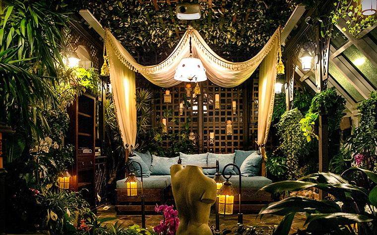 <p>Автор проекта: Геннадий Ставицкий</p> <p>Зимний сад загородного дома выглядит как сказочная декорация. В  интерьере создан фантастический лес, в котором соединились ажурные  ширмы, мягкий диван под роскошным пологом, садовые фонарики, античные  бюсты и, конечно, разнообразные цветы и растения, которые окружают всю  эту обстановку от пола до потолка.&nbsp; </p>