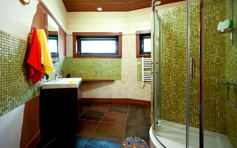 <p>Автор проекта: Алексей Катюшин</p> <p>Часть стен ванной комнаты и стена в душевой кабине облицованы стеклянной мозаикой в зеленых тонах. В мозаике соединили тессеры двух зеленых тонов: темно-оливковый и салатовый. А в сочетании они создают мягкий болотный цвет.</p>
