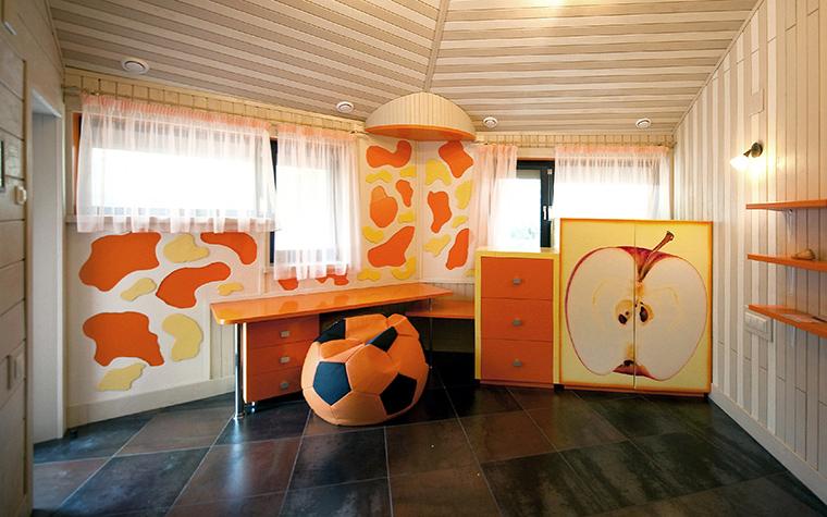 <p>Автор проекта: Алексей Катюшин</p> <p>Для интерьера детской комнаты была выбрана позитивная цветовая гамма. На фоне белых стен и потолка эффектно выглядят оранжевый лаковый стол и полки, а также фасады шкафов, украшенных росписью в оранжевых тонах. Хит интерьера - кресло-пуф в виде футбольного мяча в яркой расцветке.&nbsp;&nbsp;</p>