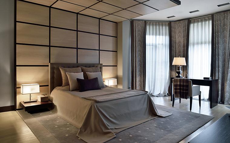 <p>Автор проекта: Анна Павлова</p> <p>Деревянный декор - весьма классический прием. В стенах этой спальни важен также световой сценарий.</p>