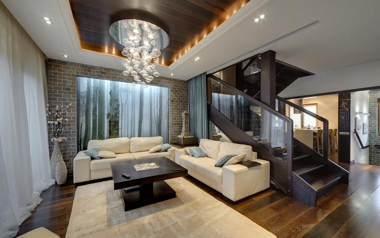 <p>Автор проекта: Валерия Юдина</p> <p>Одномаршевая минималистичная лестница из темного металла отделяет гостиную от зоны кухни со столовой. </p>