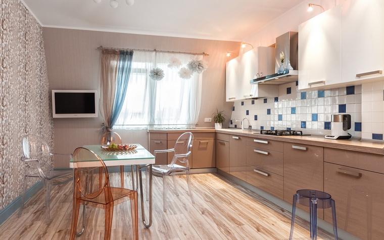 <p>Автор проекта: Валерия Юдина</p> <p>Авторы проекта активно использовали бежевые тона в отделках кухни. Светлое дерево на полу,&nbsp; серо-бежевые обои, кухонная мебель сочетает в себе светло-коричневые и белые финиши. В качестве акцентов в этой теплой цветовой гамме дизайнеры использовали сине-голубые&nbsp; и приглушенно оранжевые тона. </p>