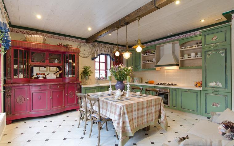 <p>Автор проекта: Инесса Терновая</p> <p>Просторная кухня в стиле кантри оформлена с использованием ярких цветов и орнаментов. Дизайнеры поработали как настоящие колористы.&nbsp; Одна часть кухни выполнена в светло-зеленом цвете, а большой шкаф-<a href=http://www.360.ru/Catalog/mebel/mebel-dlya-khraneniya/bufety-servanty-i-vitriny/>сервант</a> - малиново-красный. Смелое сочетание!</p>