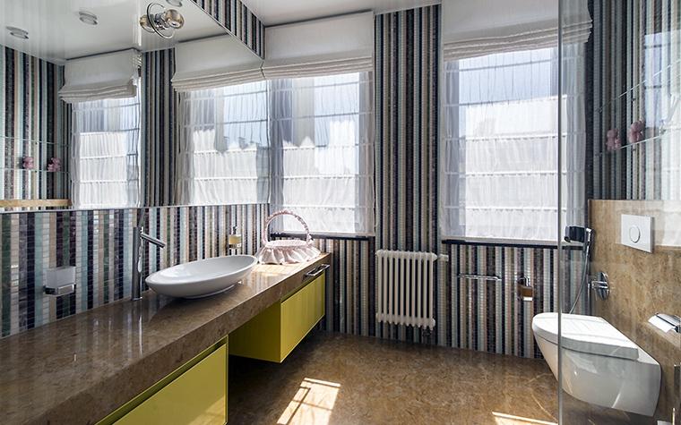 <p>Автор проекта:   АрхКонцепт</p> <p>Просторный санузел отделан дорогими материалами: мрамором и декоративной  мозаикой. Помещение имеет два окна. Благодаря большому зеркалу над  столешницей появляется иллюзия огромного пространства с четверкой окон. </p>