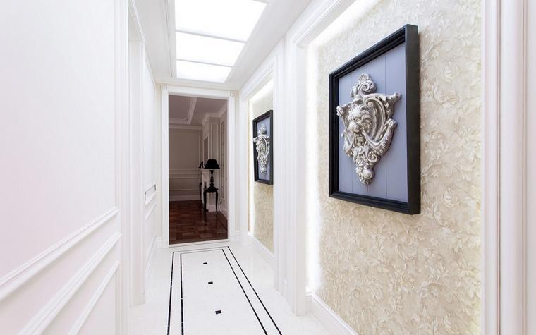 <p>Автор проекта:   IQ Design</p> <p>Этот узкий коридор становится шире, благодаря белому. Не последнюю роль играют и декоративные псевдоримские панели на стенах.</p>