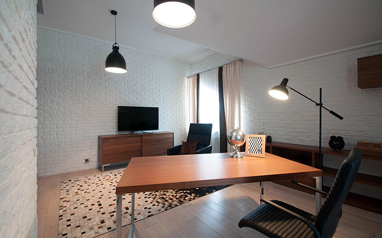 <p>Автор проекта:   IQ Design</p> <p>Просторный рабочий кабинет обладает многими чертами стиля лофт: большое пространство, высокие окна, белые кирпичные стены и светильники промышленного вида.</p>