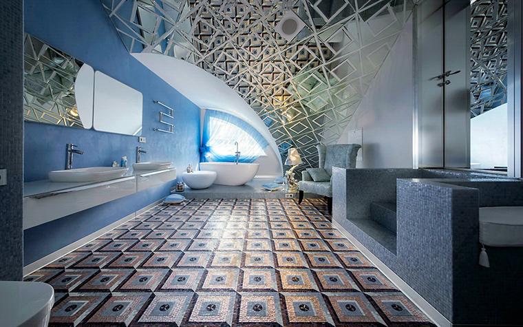 <p>Автор проекта: АвКубе.&nbsp;Фотограф: Алексей Камачкин</p> <p>Ванная комната имеет такие размеры и оформлена с таким размахом, что напоминает римские термы. Сводчатый потолок, плитка, имитирующая рельефные кессоны, многочисленные зеркала и ванна на подиуме рядом с полукруглым окном. Роскошь!</p>