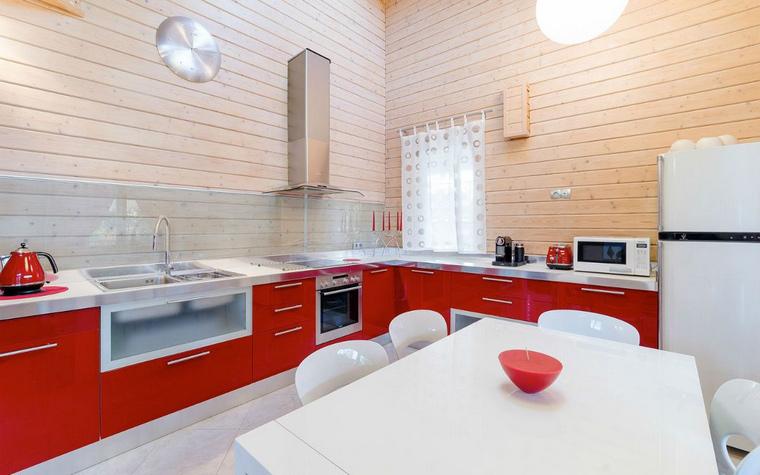 <p>Автор проекта:   Уютная квартира</p> <p>Авторы этого проекта кухни-гостиной выбрали минимализм и в палитре, и в деталях. Дерево стен, красное и белое - хорошее сочетание!</p>