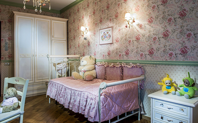 <p>Автор проекта: Елена Крылова</p> <p>Небольшая детская комната декорирована и мебелирована в духе английской классики. Там все изящное и легкое. Металлическая <a href=http://www.360.ru/Catalog/mebel/krovati/krovati-transformery/vstroennie--krovati/>кровать</a> со стеганым покрывалом из розового шелка, высокий встроенный шкаф белого цвета с классическими филенками, к ним подобрана тумбочка для белья и игрушек. По традиции стены оклеены обоями, причем двух видов. Пышные цветочные узоры скомбинированы со светлой полосой, разлинованной тонкой сеткой. Именно эти цветочные стены в розовых тонах и делают комнату уютной и привлекательной.</p>