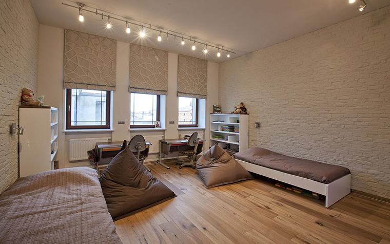 <p>Автор проекта: Станислав Орехов</p> <p>Эта комната для мальчика-подростка стилизована под спортивный зал с матами для гимнастики. И кресло-боб (их несколько), здесь очень уместно. </p>
