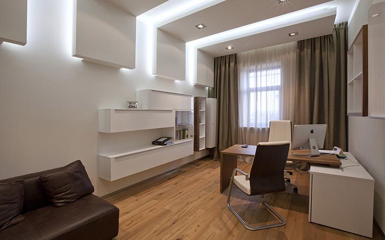 <p>Автор проекта: Станислав Орехов</p> <p>Самый эффектный элемент интерьера кабинета - навесной потолок, имитирующий открытые балки. Они не только ритмизируют пространство, но и оборудованы закарнизной подсветкой. Так, что появляется эффект их парения.</p>