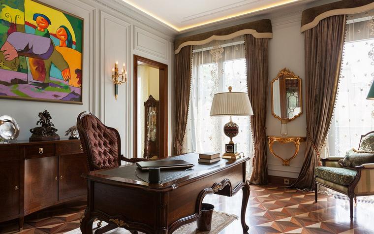 <p>Автор проекта:   Архитектурное бюро ПЛАН</p> <p>В интерьере домашнего кабинета соединились классическая обстановка с деревянными отделками и яркое современное искусство.</p>