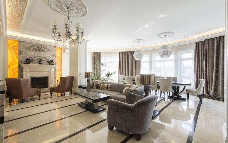 <p>Автор проекта:   АрхКонцепт</p> <p>В этой гостиной-столовой много квадратных метров. Современная классика интерьера вместила и вполне классический, ордерный портал камина. </p>