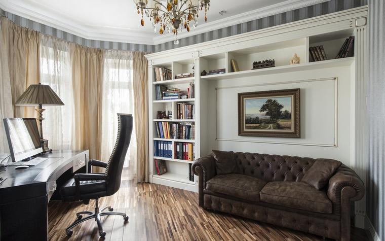 <p>Автор проекта:   АрхКонцепт</p> <p>Отличный вариант оборудовать стену кабинета деревянной панелью и соединить в одной композиции все необходимое: книжный стеллаж, антресоли, нишу для дивана и поверхность для живописной картины.</p>