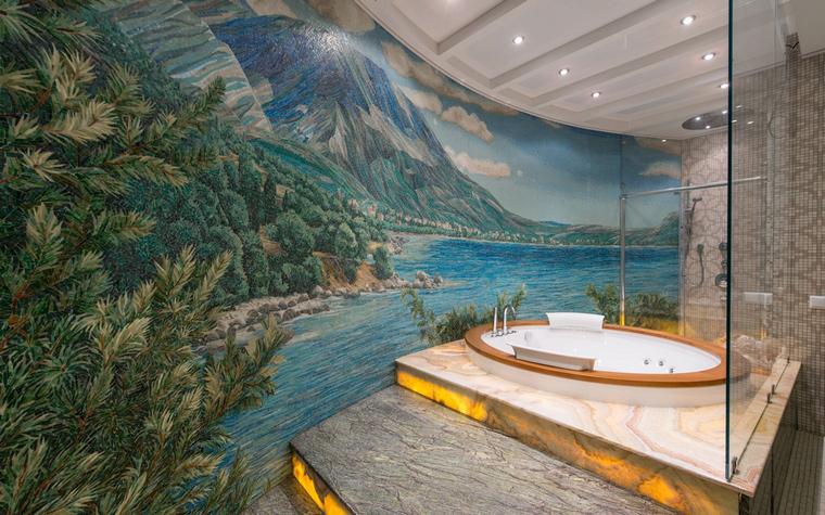 <p>Автор проекта:   АрхКонцепт</p> <p>Архитектура и пространство ванной комнаты позволило авторам проекта создать там настоящую художественную инсталяцию. Кроме просторной зоны отдыха со столом и креслами, дизайнеры соорудили высокий подиум, на верхней площадке которого поместили круглый джакузи. А на длинной закругленной стене изобразили красивый морской пейзаж, чтобы принимать ванну было еще приятней.&nbsp;</p>
