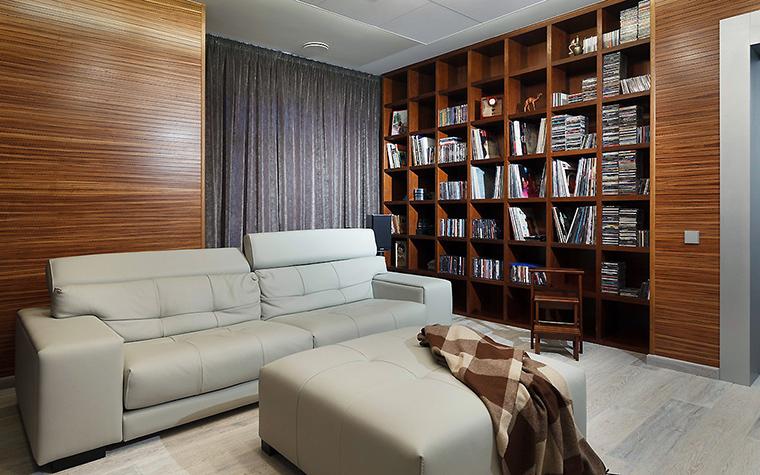 <p>Автор проекта:   Арт-стиль Фотограф: Иван Сорокин</p> <p>Одна из зон просторной гостиной оборудована под библиотеку. Высокий открытый стеллаж из темного ореха перекликается с настенными панелями из текстурного венге. </p>