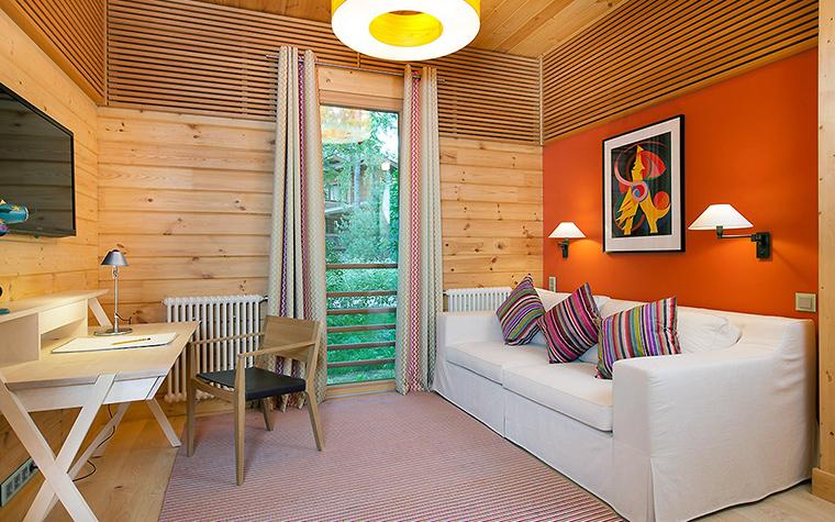 <p>Автор проекта:   Ракурс</p> <p>Детская комната находится в загородном доме и все отделки выполнены из светлого дерева. В композицию из золотистого дерева были добавлены мебель белого цвета: стол и диван, фоном для которого стала настенная панель ярко оранжевого цвета.&nbsp;</p>