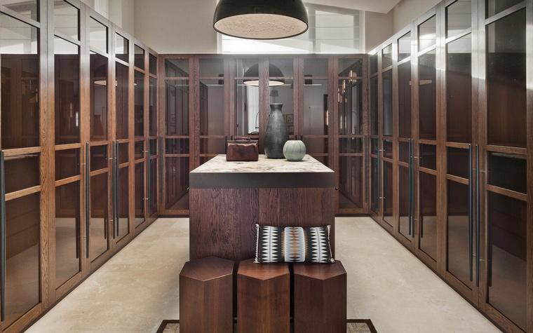 <p>Автор проекта: архитектурное бюро Panacom<br /> Фотограф: Народицкий Алексей</p> <p>А вот и гардеробная комната с явным акцентом стиля ар деко.</p>