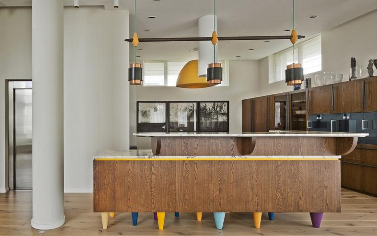 <p>Автор проекта: архитектурное бюро Panacom<br /> Фотограф: Народицкий Алексей</p> <p>Искусство в кухонной зоне - это очень стильно!</p>
