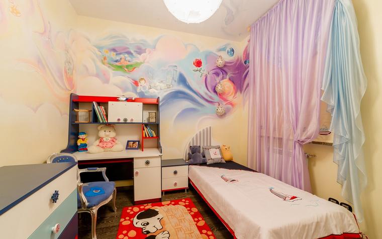 <p>Автор проекта:   Уютная квартира</p> <p>Небольшая детская комната очень удачно организована. Вся <a href=http://www.360.ru/Catalog/mebel/detskaja-mebel/>мебель</a>, подобранная по принципу стройности и компактности,&nbsp; расположена вдоль стен. По периметру расставлены: комод, кресло, письменный стол, соединенный с книжными полками, тумбочка, а для кровати нашли место у окна. А украсить комнату авторы проекта решили с помощью настенной росписи, цветных занавесок и яркого ковра.&nbsp;</p>