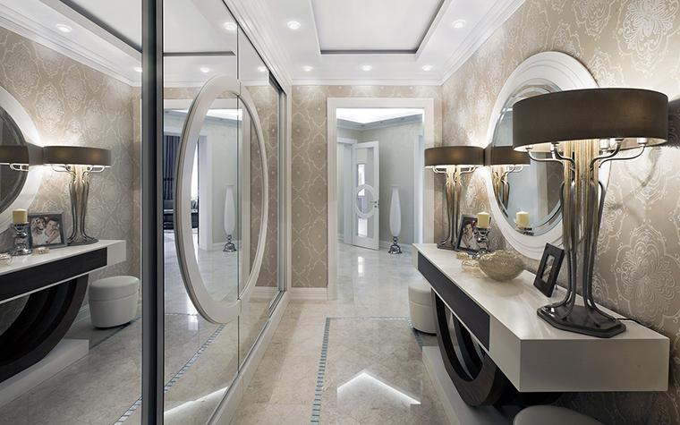 <p>Автор проекта:   Mill-Studio</p> <p>Стену узкого коридора оформили модными обоями и расширили пространство с помощью большого зеркального шкафа во всю стену. </p>