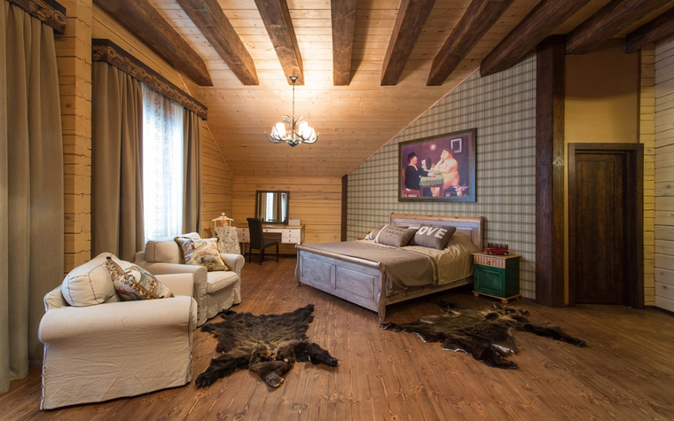 <p>Автор проекта: Любовь Пискунова</p> <p>Дерево, открытые балки потолка, шкуры - настоящее шале! Спать здесь будет сладко.</p>