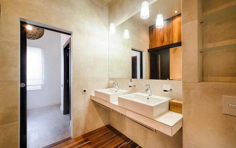 <p>Автор проекта: Дмитрий Антюшин</p> <p>Стандартная ванная комната предполагает наличие двух раковин.</p>