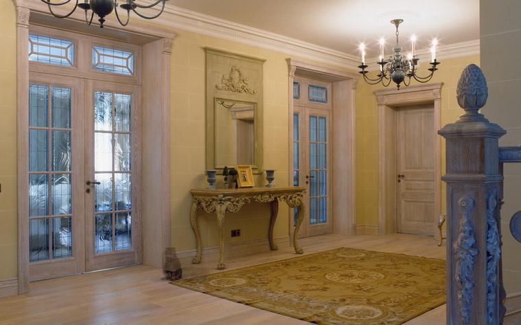 <p>Автор проекта: Екатерина Федорченко</p> <p>Огромный холл этого загородного дома выстроен по всем законам традиционной классики.</p>