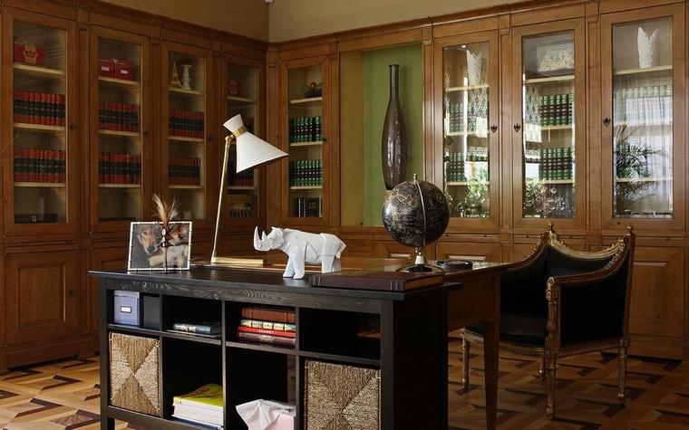 <p>Автор проекта: Яна Робертс</p> <p>В этом кабинете соединились удобство и красота. Встроенные шкафы, расположенные по периметру стен, стали отличным фоном для мебели в стиле ар-деко. Стиль поддерживают ретро светильник и симпатичный белый носорог - украшение стола и скульптурный талисман кабинета. </p>