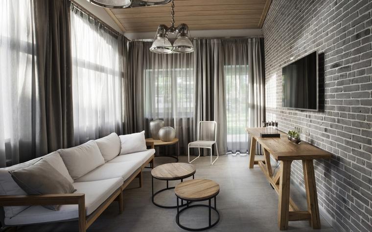 <p>Автор проекта: Вера Герасимова</p> <p>Интерьер гостиной в стиле городского лофта поддерживает пара потолочных ретро-светильников. </p>