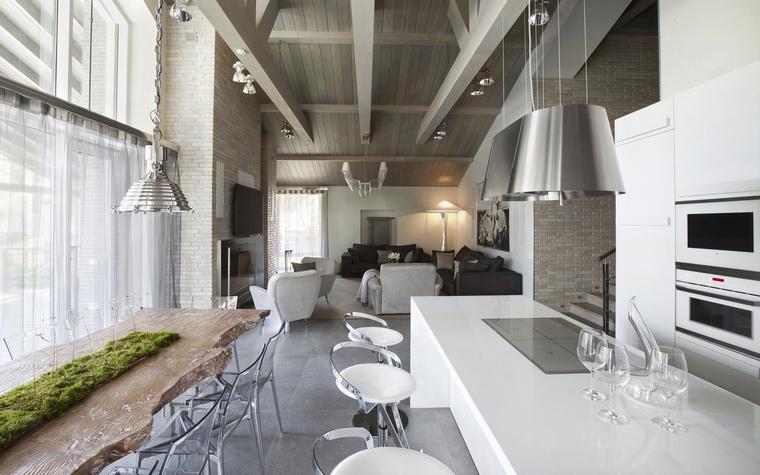 <p>Автор проекта: Вера Герасимова</p> <p>И еще из достоинств кухни в стиле лофт - высокие потолки и большие окна. Это же бывшая фабрика!</p>