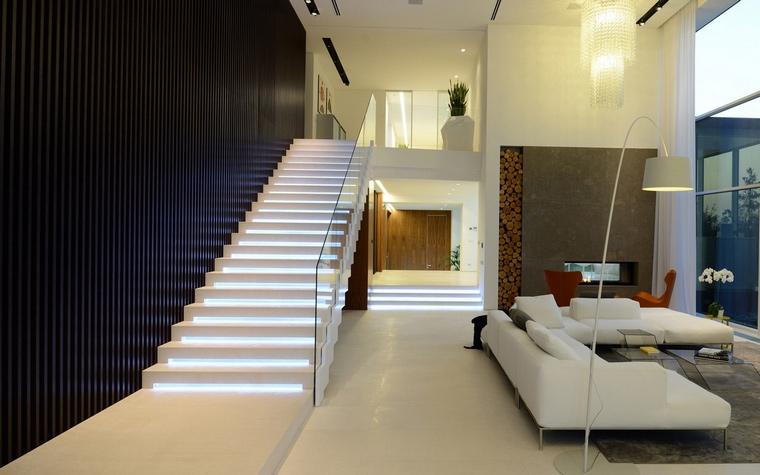 <p>Автор проекта: SL project&nbsp; Фотограф: Илья Иванов</p> <p>Минималистичная одномаршевая лестница с балюстрадой из белого пластика соединяет первый и второй этажи загородного дома. </p> <p>&nbsp;</p>