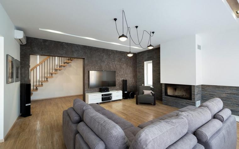 Светильники и люстры в интерьере гостиной