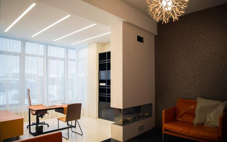 <p>Автор проекта:   Дизайнус, Ярослав Усов</p> <p>Рабочий кабинет оборудован рядом с панорамным окном и зонирован с помощью отделок и невысокого подиума. </p>