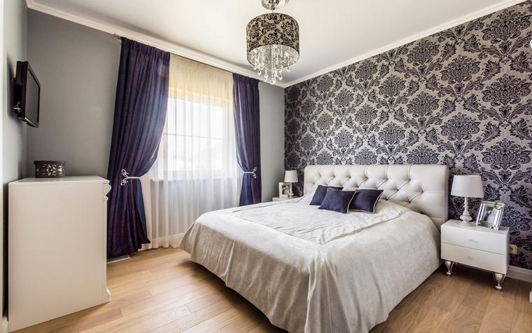 <p>Автор проекта: Ольга Савченко</p> <p>Эффектные обои с орнаментом &quot;дамаск&quot; - отличный вариант для гостиных и спален в стиле современной классики.&nbsp;</p> <p>&nbsp;</p>